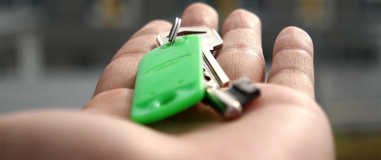 Affittare casa mano con le chiavi