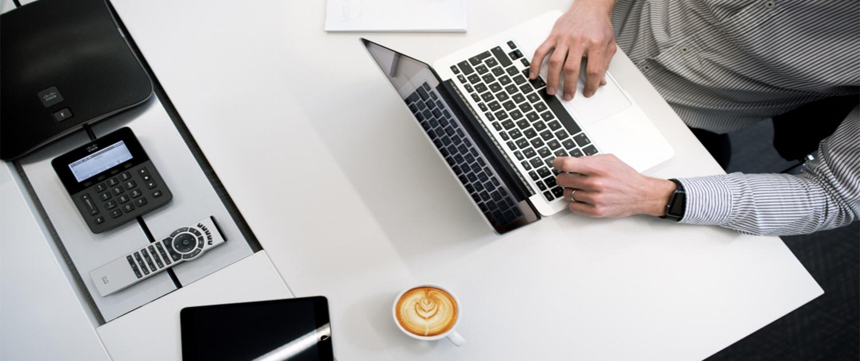 Lavoro d'ufficio, uomo scrive al computer