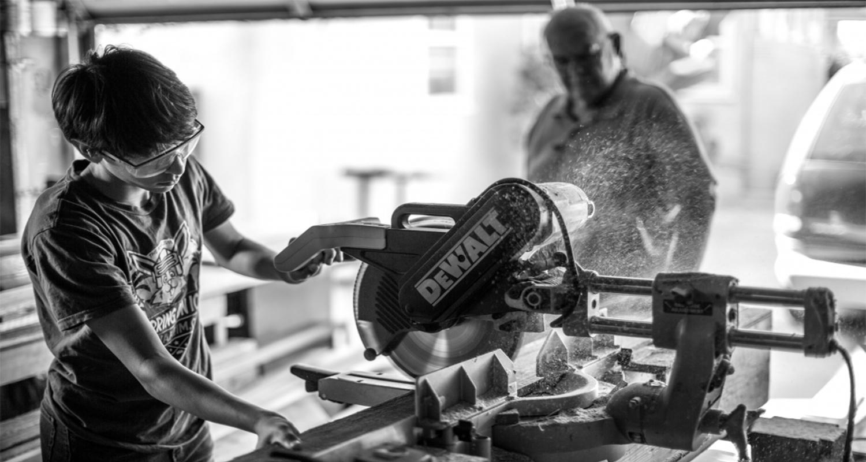 Lavoro in fabbrica, uomo usando la smerigliatrice