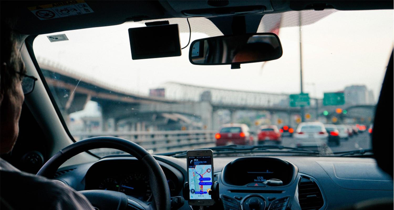 Tassista di Uber alla guida