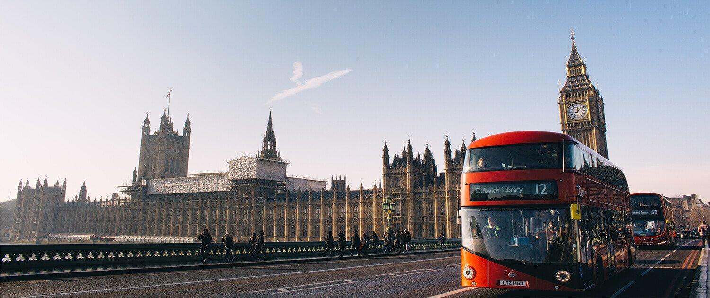 Londra vista del Big Ben e bus rosso