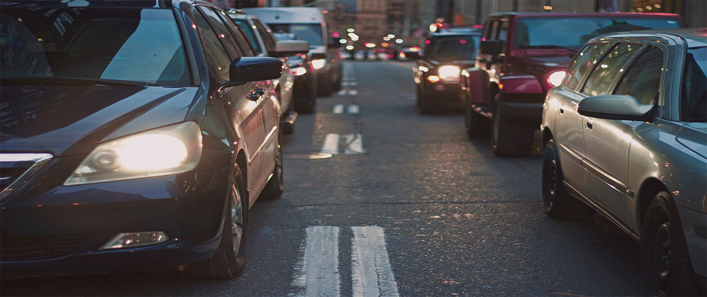 Macchine in coda in una strada di citta'