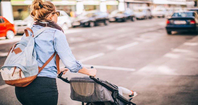 Mamma trasporta bambino nel passeggino