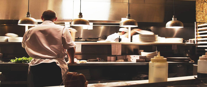 Immagine chef in cucina